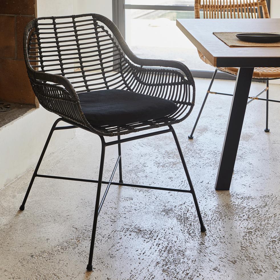 chaise en rotin fonce avec accoudoirs