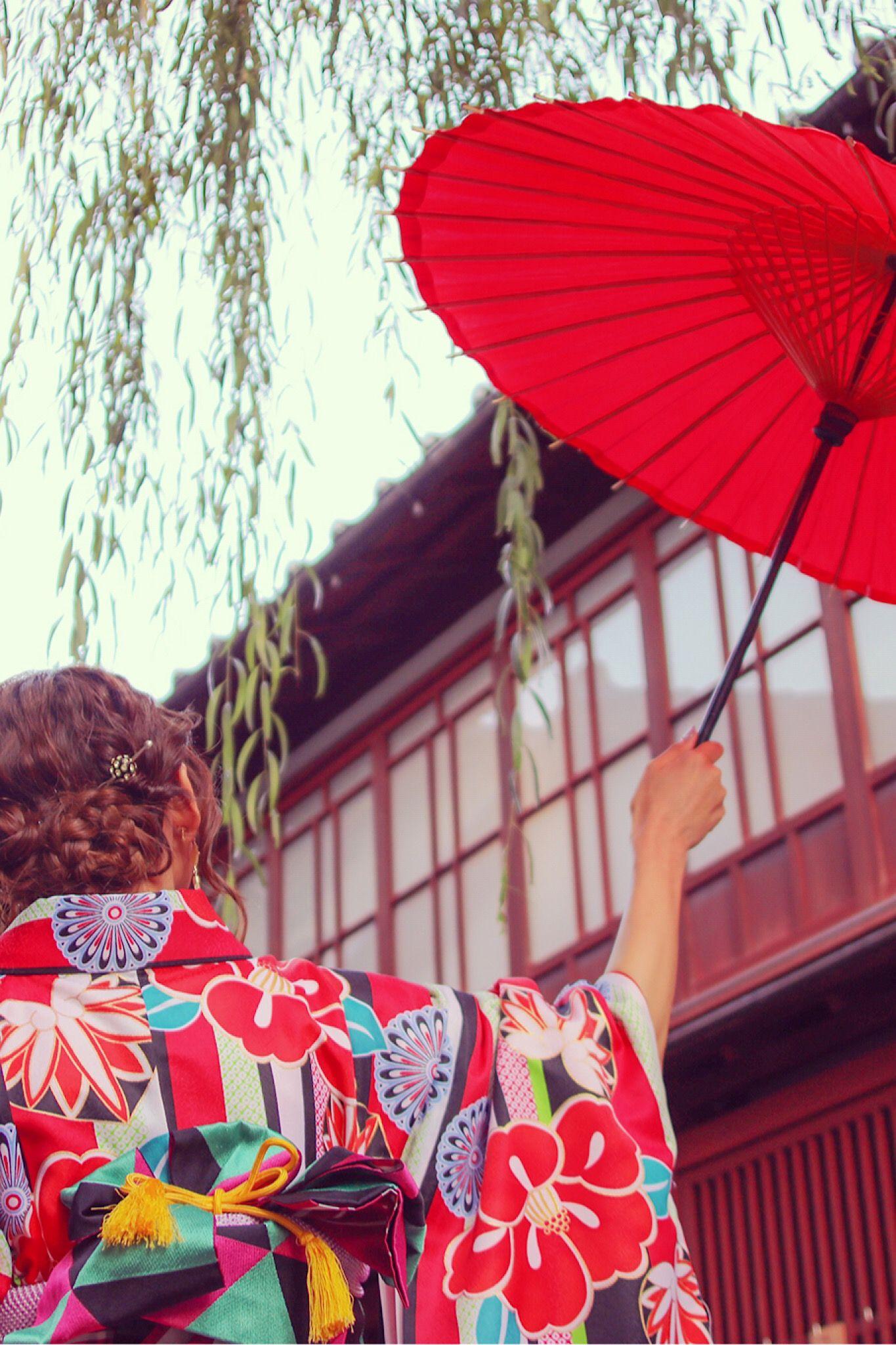 柳の木の下で赤い和傘を掲げる赤い着物の女の子 和 傘 傘イラスト 傘