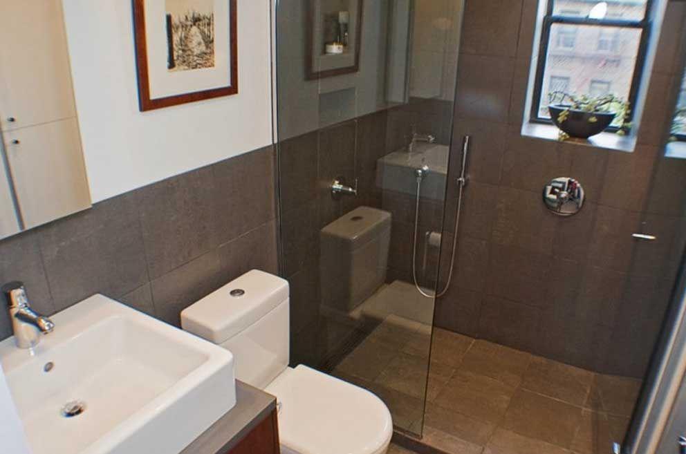 Bagno piccolo moderno completa di bagno con doccia lavandino e vetro