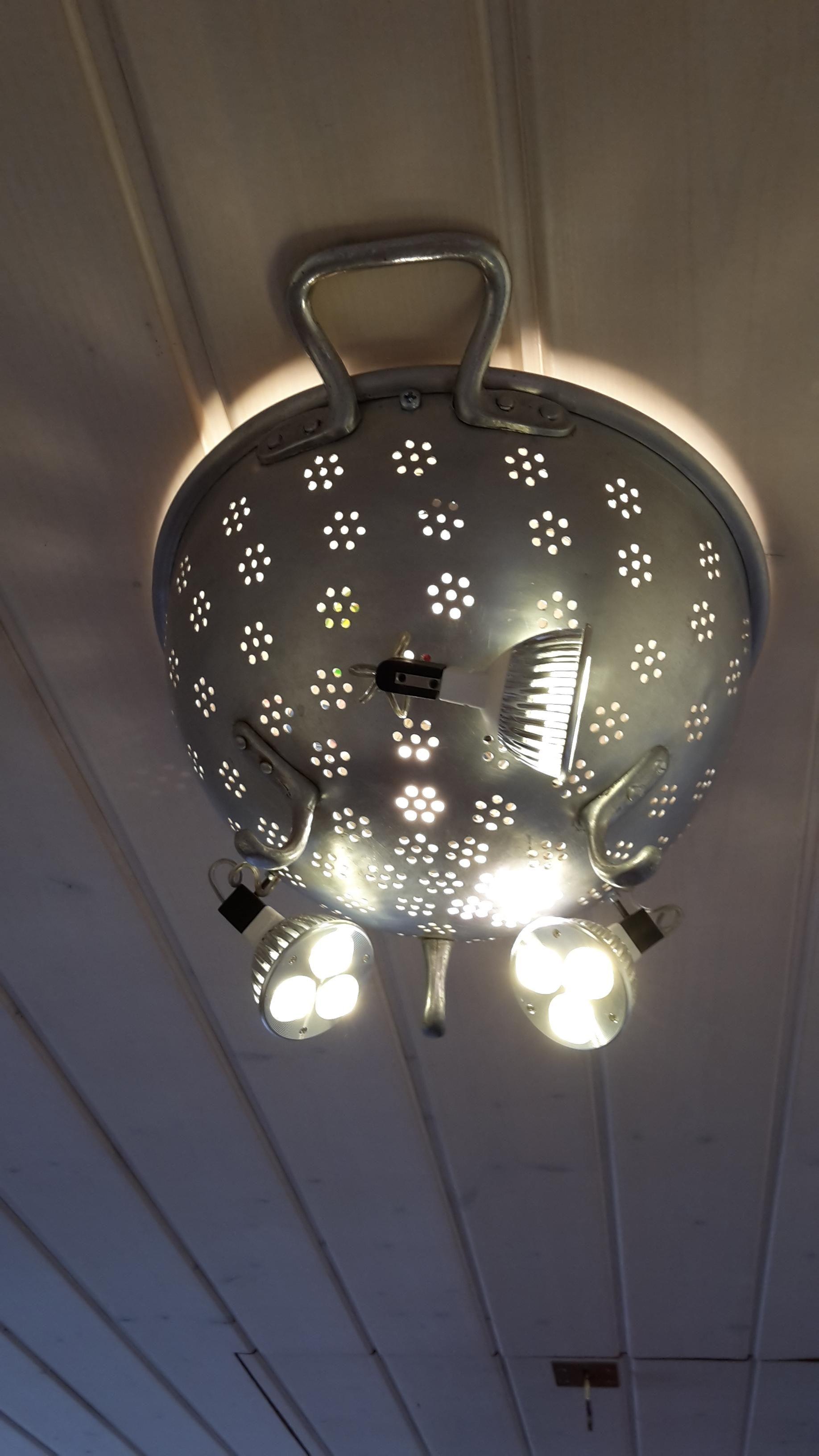 Selber gebaute Deckenbeleuchtung aus wiederverwendeten Lcherbecken Recycling LED Lampe selbst