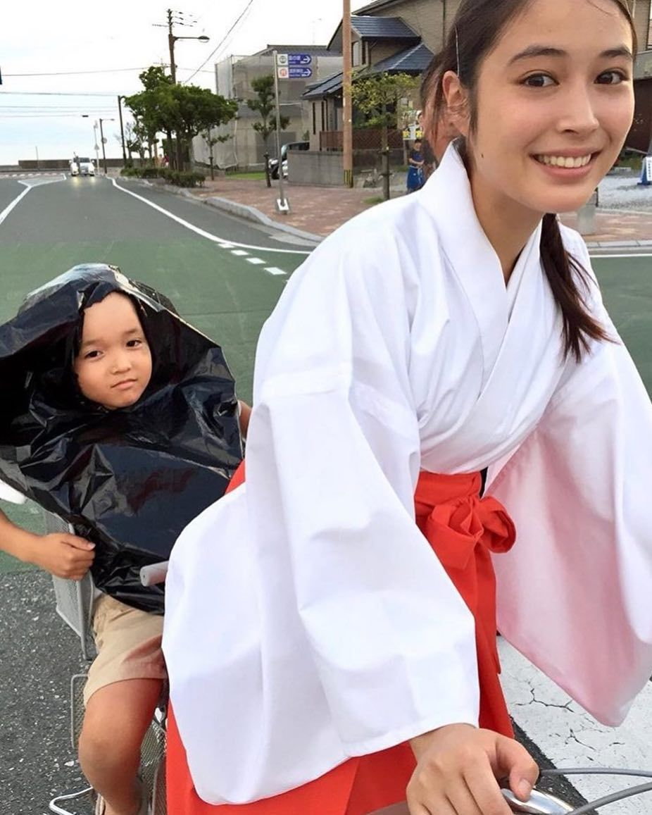 女優ファン垢 on Instagram \u201cおぃ、後ろの子俺に変われ