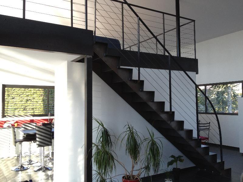 Fabricant escalier droit en acier brut avec limons en cascade garde corps av - Rampe escalier cable acier ...