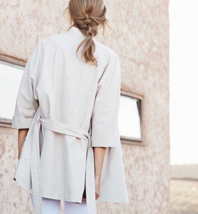 Geradlinig offen oder schmal gebunden in der Taille: Der Kimono-Blazer bietet beides.