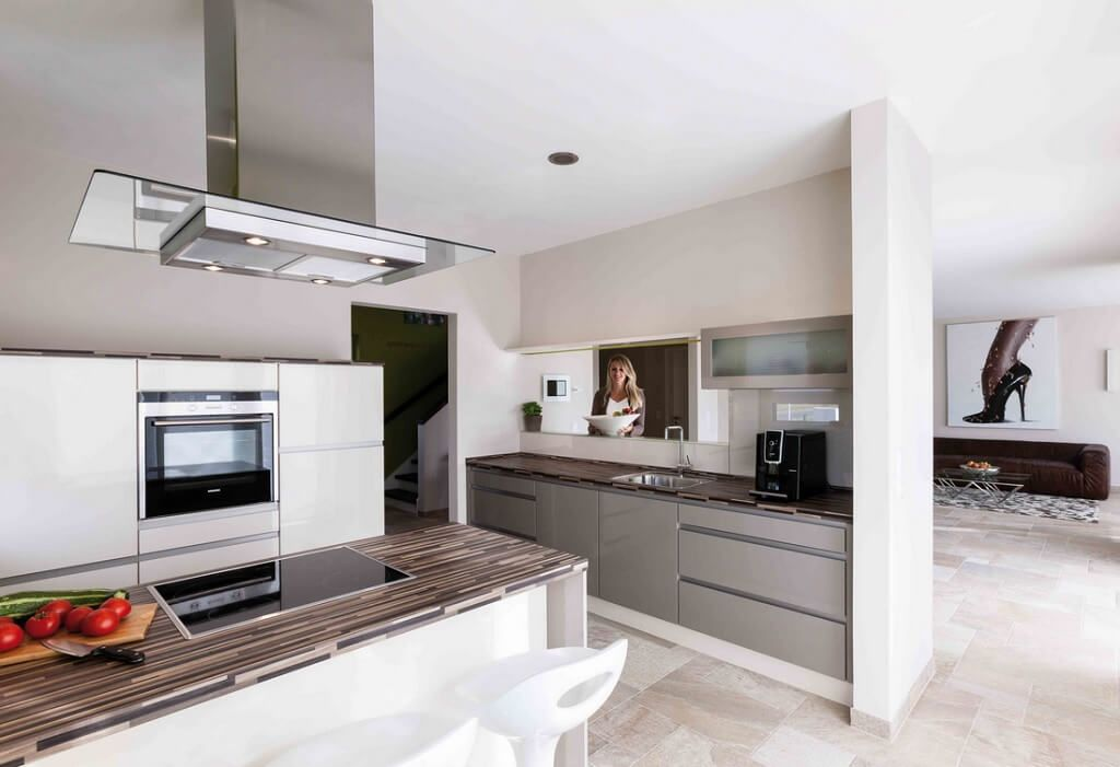 Kuche Modern Weiss Mit Durchreiche Und Kochinsel Arbeitsplatte Holz