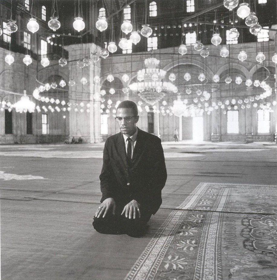 الداعية الإسلامي الأمريكي مالكوم إكس يصلي في مسجد محمد علي بالقاهرة خلال زيارته لمصر في شهر أيلول سبتمبر 1964