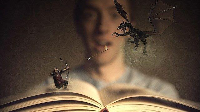 """""""-Jamás me había sentido atrapada, seducida y envuelta por una historia como la que narraba aquel libro. Hasta entonces para mí las lecturas eran una obligación, una especie de multa a pagar a maestros y tutores sin saber muy bien para qué. No conocía el placer de leer, de explorar puertas que se te abren en el alma, de abandonarse a la imaginación, a la belleza y al misterio de la ficción y del lenguaje."""" —La Sombra del Viento. Carlos Ruiz Zafón"""