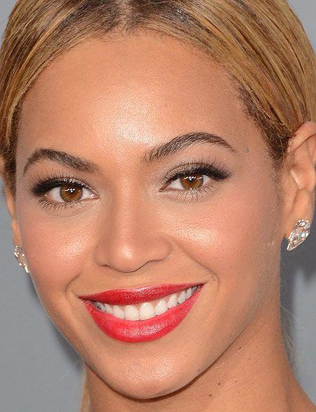 O batom vermelho continua com tudo entre as famosas!     Beyoncé apostou em um tom bem mais clarinho e     com uma textura cremosa. Se quiser copiar, experimente aplicar o     batom com batidinhas de dedo. Para levantar o olhar, cílios     postiços.