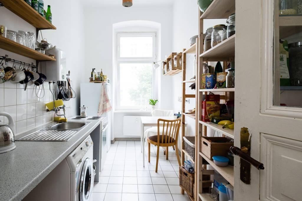 sch ne gro e und helle k che mit allem zubeh r und einer essgelegenheit wohnen in prenzlauer. Black Bedroom Furniture Sets. Home Design Ideas