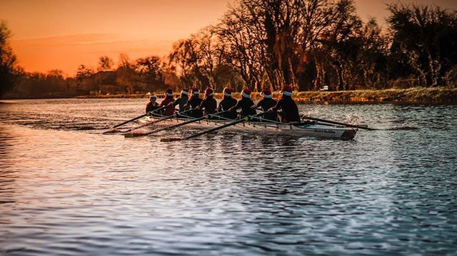 Season's Greetings from us to you. We'll be taking a break over the festive period, but we'll be back in the new year with more inspirational Oxford pics! Christmas rowers by graduate student @psheng (DPhil History) #HappyChristmas #SeasonsGreetings #oxforduniversity #Oxmas #rowing #santahats #winter