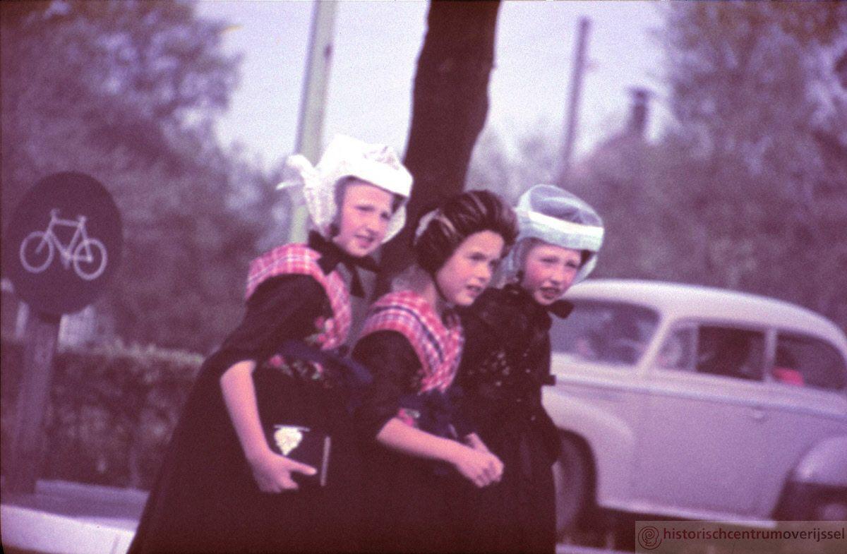 Drie Staphorster kinderen ergens onderweg naar iets toe. #Overijssel #Staphorst