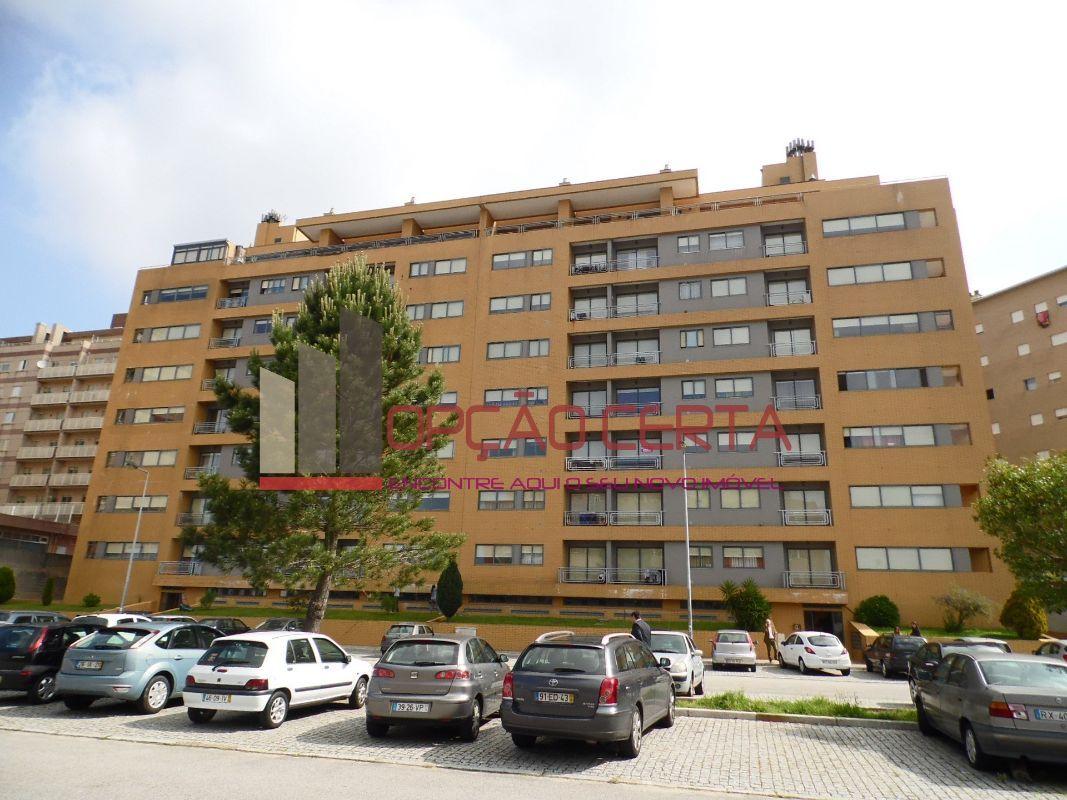 Fantástico apartamento T3 á entrada de Vila D'Este. Apartamento com qualidade, 3 frentes e boa orientação solar.O apartamento é composto por espaçosa cozinha, sala com varanda e lareira com recuperador de calor, quartos com roupeiro e um deles também com com varanda, 2 wc , um deles com luz direta e despensa. Tem ainda a mais valia de ter aquecimento central e esta inserido em prédio com 2 elevadores.Tem garagem individual e imenso parqueamento na enorme praceta.IMÓVEL DA BANCA - 100%…