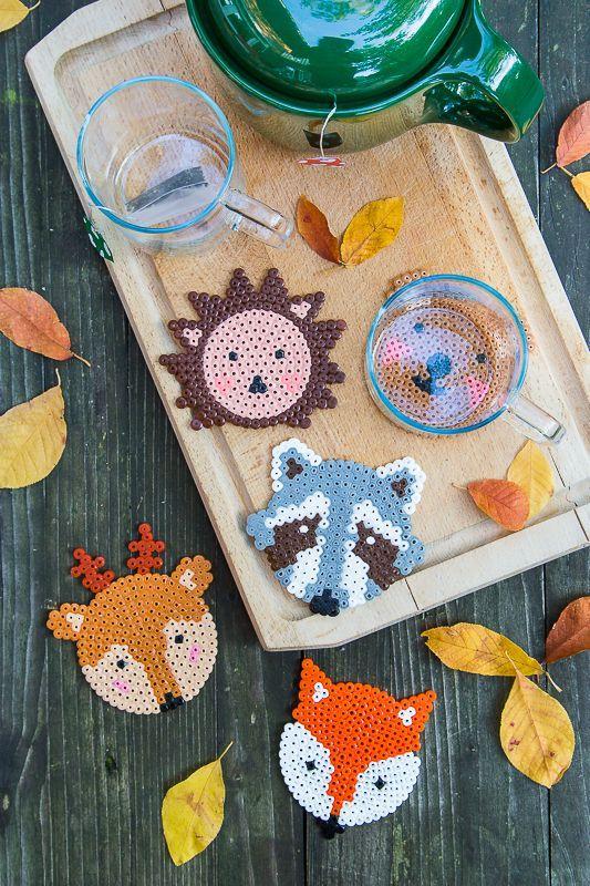 Herbst DIY für Kinder aus Bügelperlen - süße Waldtiere als Untersetzer für den heißen Tee - Bär, Igel, Fuchs, Reh und Waschbär  aus Bügelperlen #bears