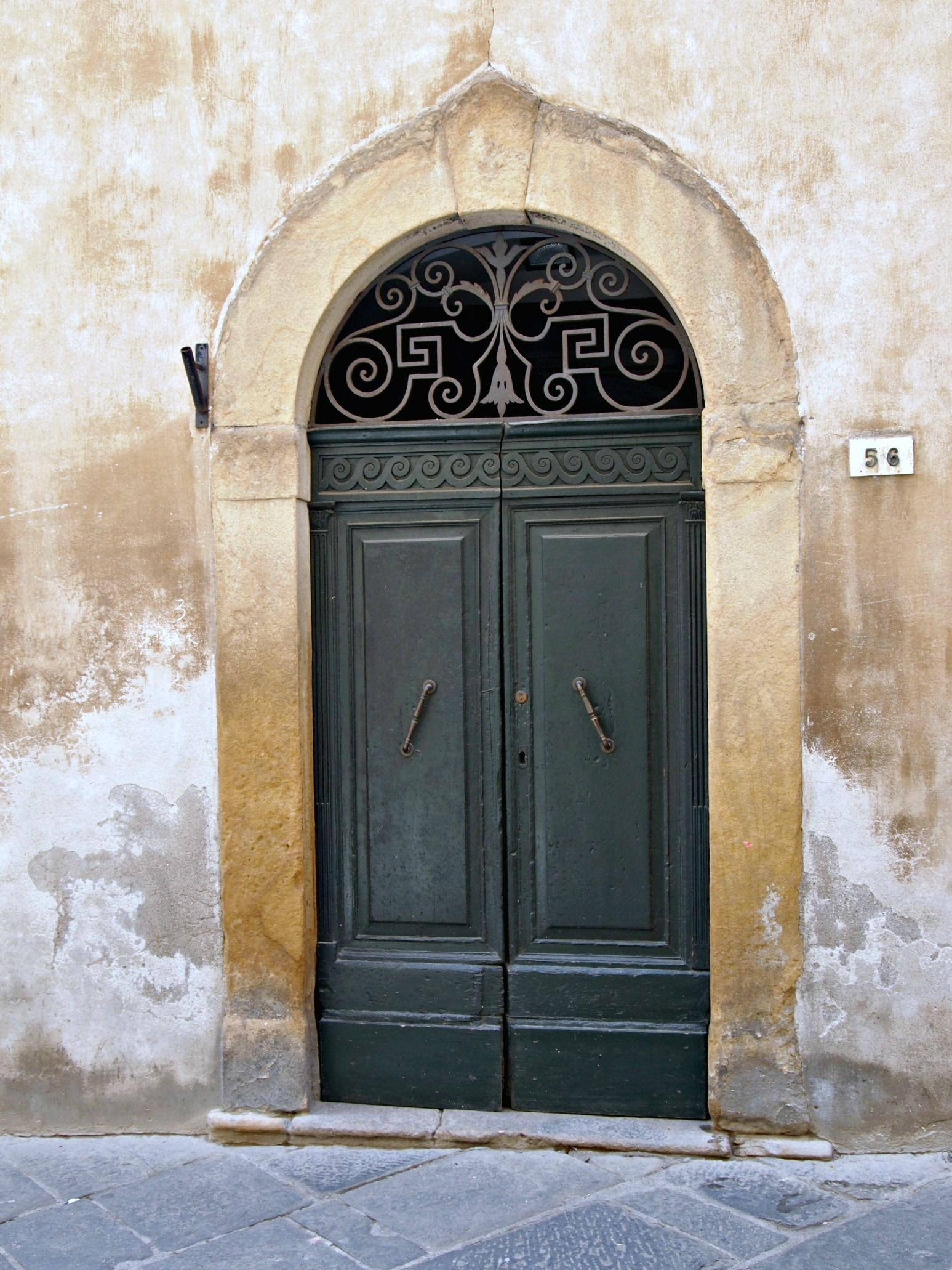 Statige groene deuren met prachtig smeedwerk, Volterra mei 2013