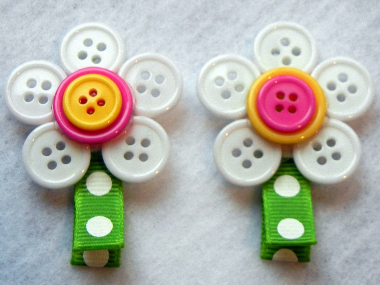 Hair bow button accessories - Button daisies use on hair accessories or greeting cards need a whole bouquet stat