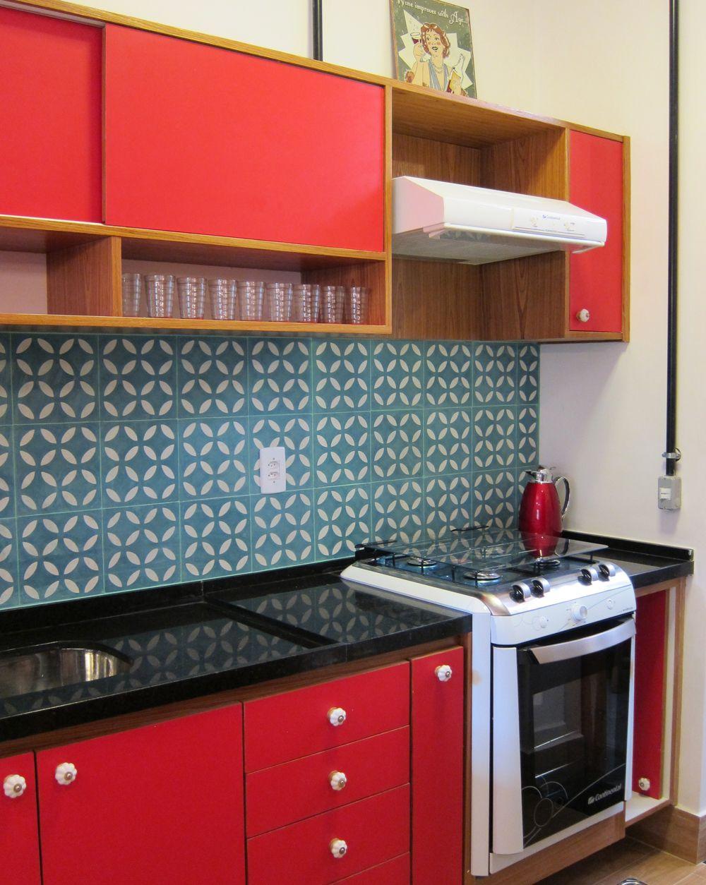 Cozinha vermelha de azulejos azuis com padronagem retrô :: detalhe ...
