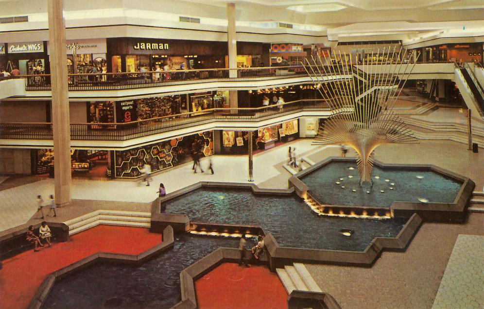 Yo también llego a la comercial centro de tiendas en la fine semana. Más specifico Domingo. - La mall no es mal.