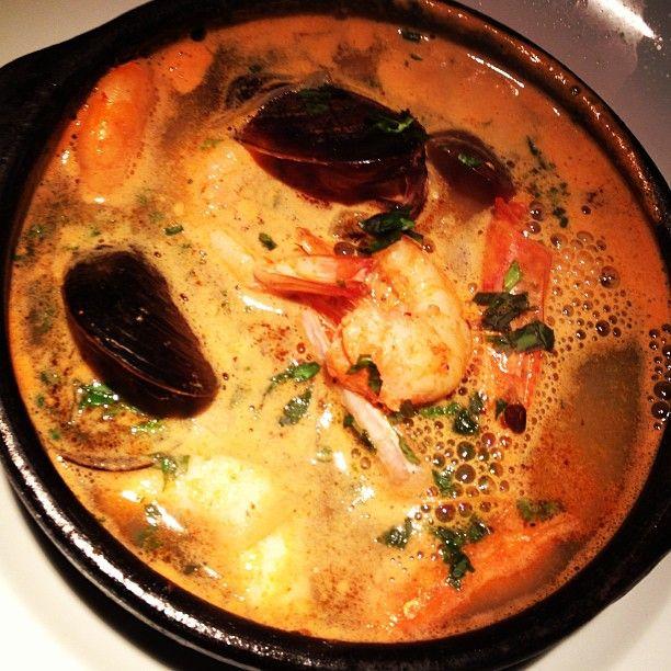 Sudamérica, Chile, Santiago, Barrio Lastarria, Mulato Restaurant #cocinademercado. Caldillo del mar con pescado y mariscos, tomates refritos y fresco de cebollin.