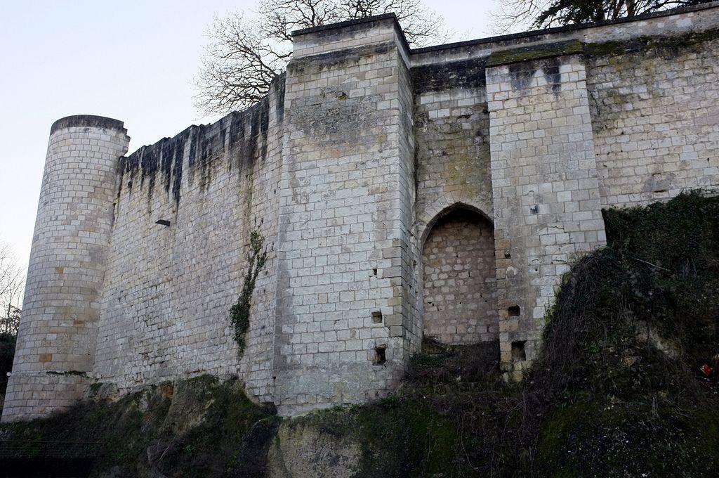 le long de la courtine Plantagenêt (12°s) chateau de Loches
