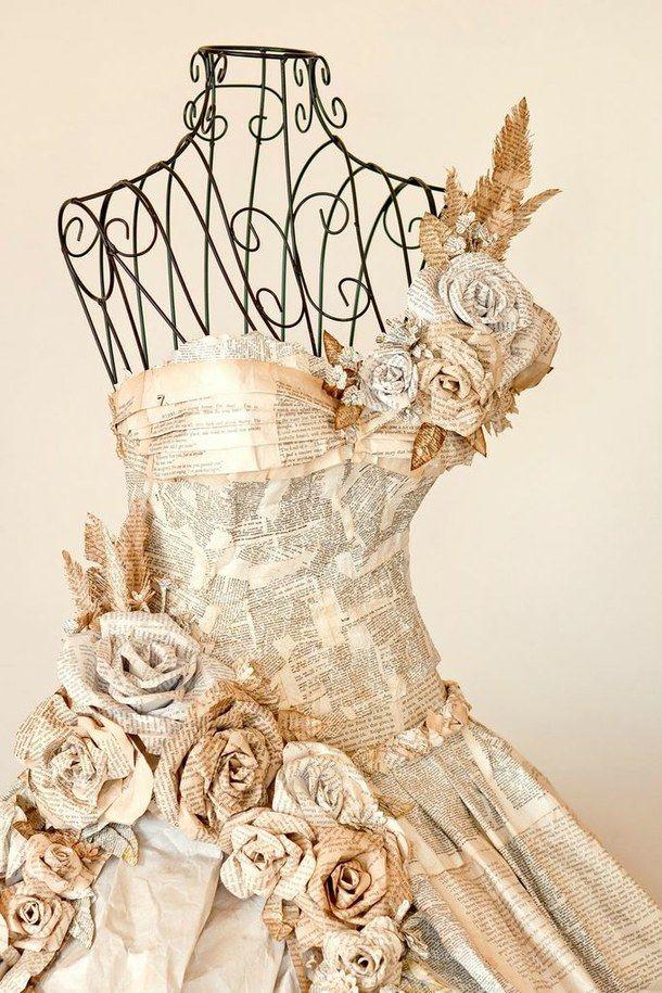 Magnifique robe en papier journal. Plutôt en déco que prêt à porter :-)