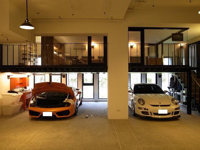 Me gusta cómo el garaje es debajo la sala. Me encantan los carros.