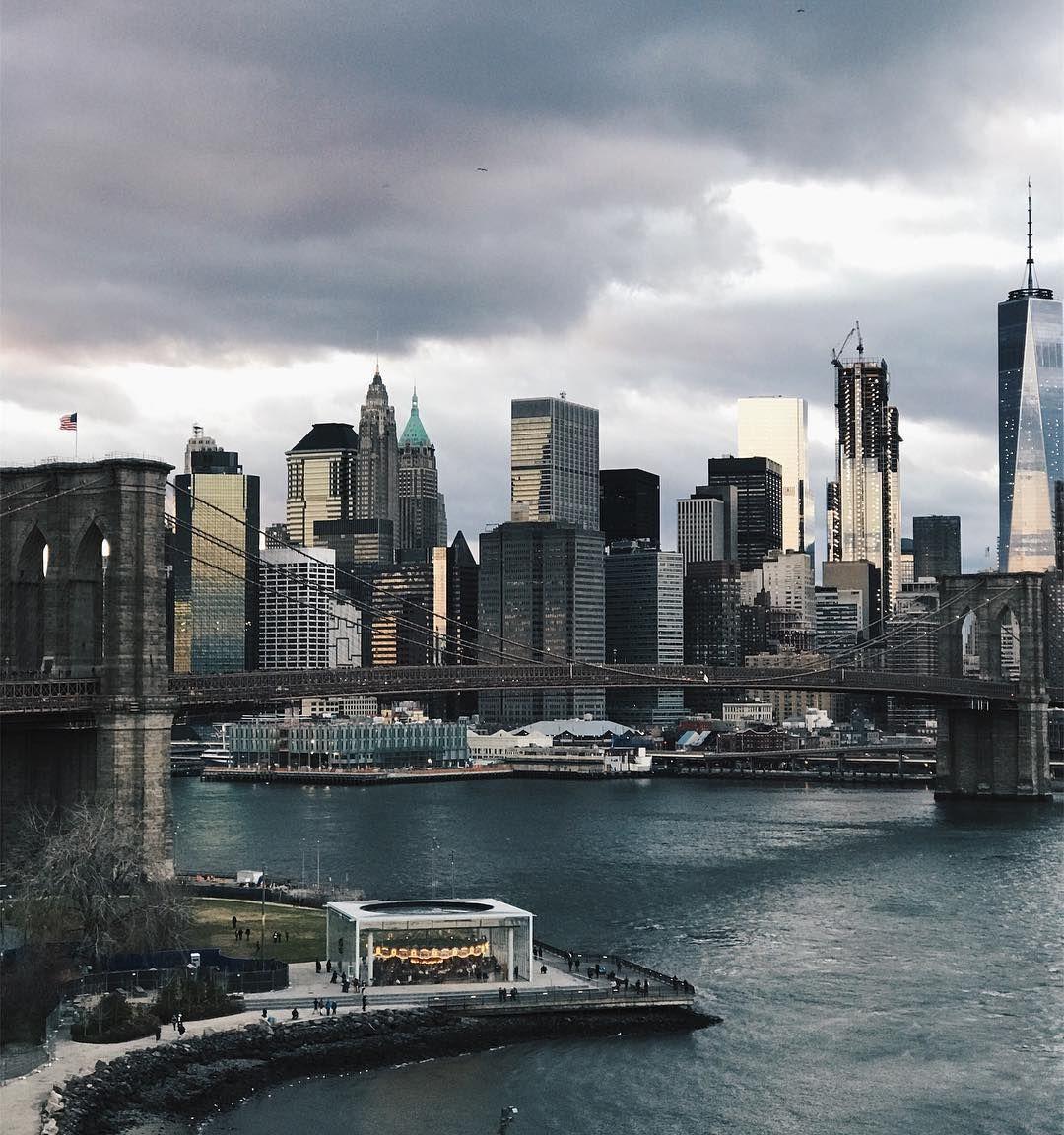 A beautiful snow storm brewing over the city. ❄️  Brooklyn Bridge Park