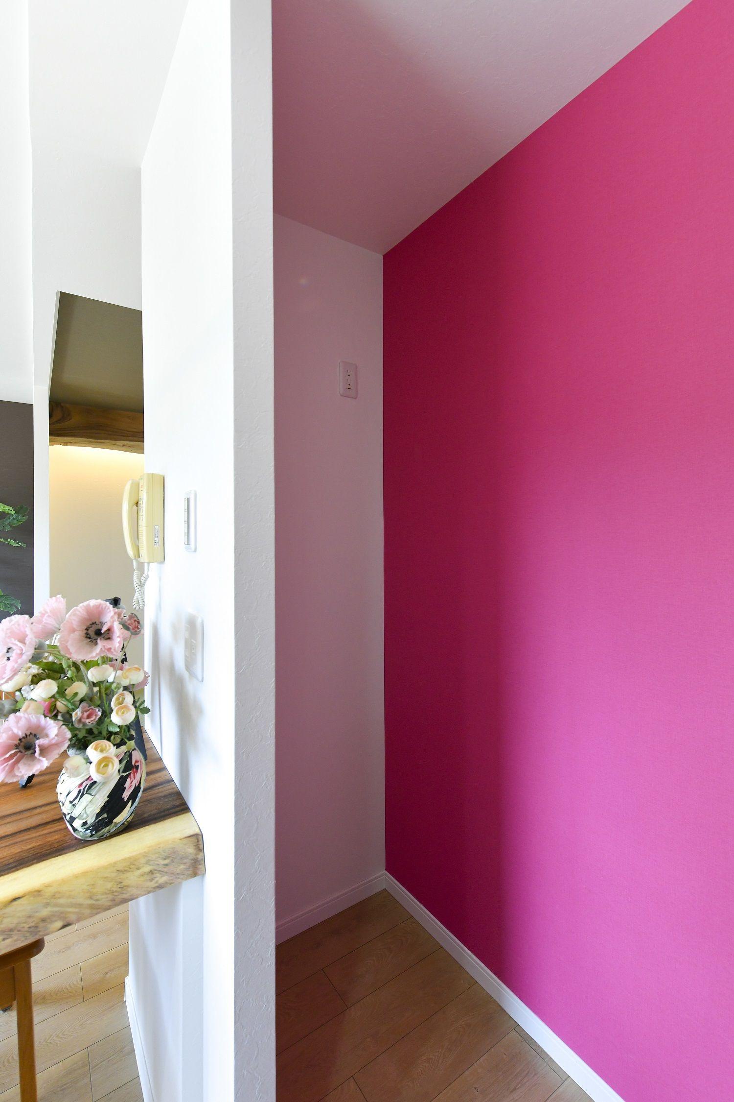 ピンク色のアクセントクロス ピンク 壁紙 クロス 可愛いコーナー