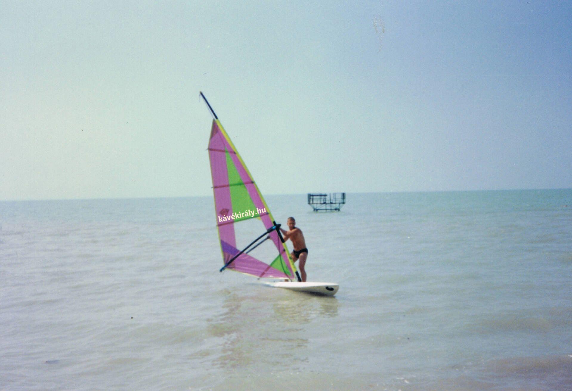 Szörfözöm a Balatonon 1994 nyarán. Imádom a Balcsit! :)
