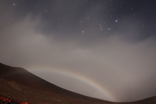 Moonbow at Mauna Kea - moonbows are said to make you happy when you see one <3. 見た人は幸せに?マウナケアで撮影された月の虹 2013/11/11