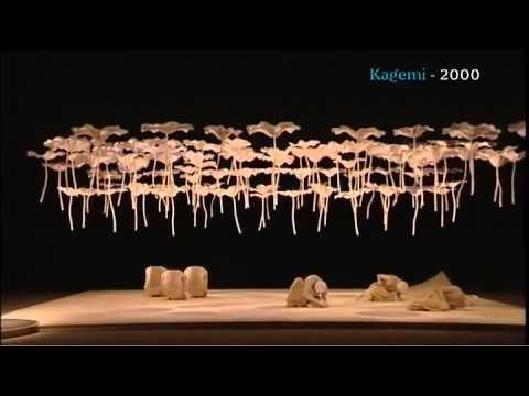 Sankai Juku, que é uma das nossas referências afetivas e estéticas gerais (incluindo de figurino), e que está de alguma maneira muito presente nas nossas memórias e no solo do Pedro dentro do tema do encantamento com a dança e tal. A cia Sankai Juku ilustra um pouco dessa imagem do dançarino-fantasma-assombração q tem toda uma tradição no Japão, desde o teatro Noh
