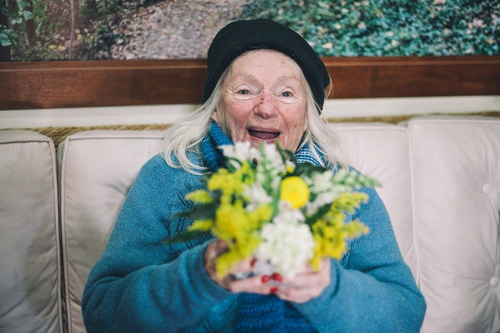O Instituto Flor Gentil dá vida a flores que seriam descartadas em novos arranjos entregues em casas de repouso.