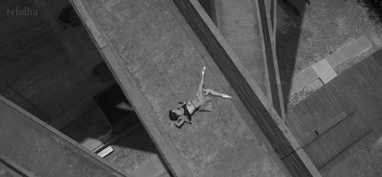 """Roupas, marcos arquitetônicos e bailarinos interagem em uma coreografia bem paulistana.  A São Paulo Companhia de Dança, protagonista deste ensaio, estreia uma apresentação inédita a partir do dia 28 de janeiro no MAM.  Na exposição-performance """"Museu Dançante"""", os bailarinos irão interagir com 40 obras do acervo do museu, sempre ao lado do público, dançando coreografias preparadas especialmente para a ocasião. A mostra e os dançarinos ficam em cartaz até o dia 20 de março.  Leia mais aqui"""