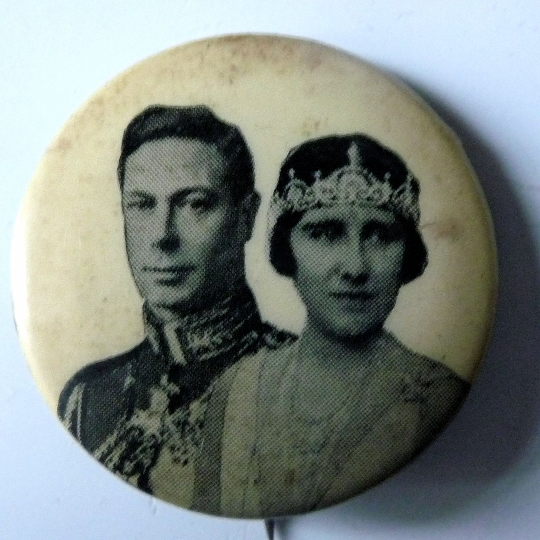 comemorative queen bottom pin badge