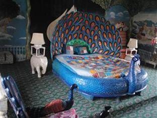 amazing peacock bedroom on houseboat