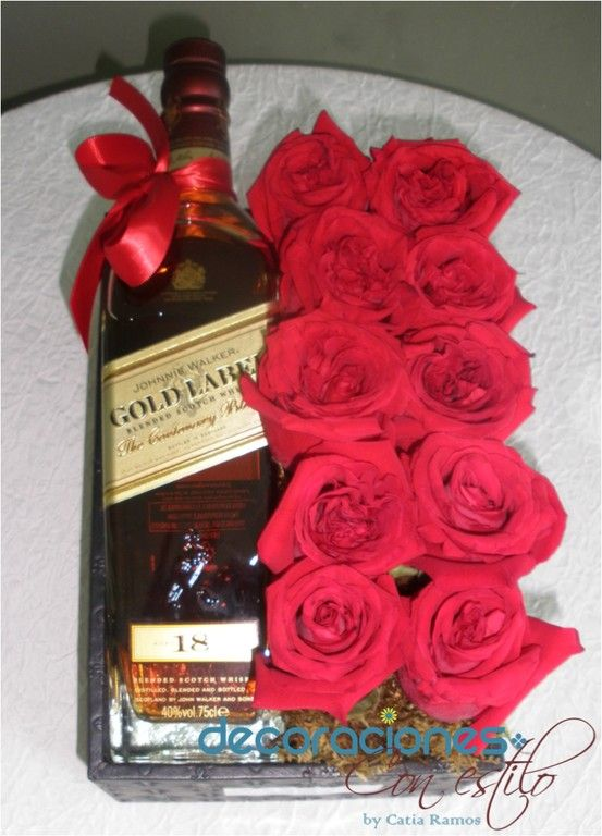 Arreglo Floral Para Caballero Con Rosas Rojas Y Whisky Valentines Flowers Valentines Candy Bouquet Alcohol Gift Baskets