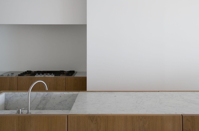 Dachboden über küchenideen dm residence knokke  vincent van duysen architects  kitchens