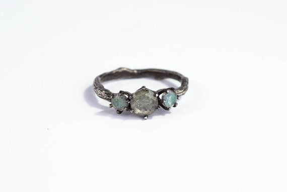 This three stone twig ring features a green/yellow 6mm faceted labradorite. The two side stones are 4mm faceted labradorite. The prongs are cast in sterling