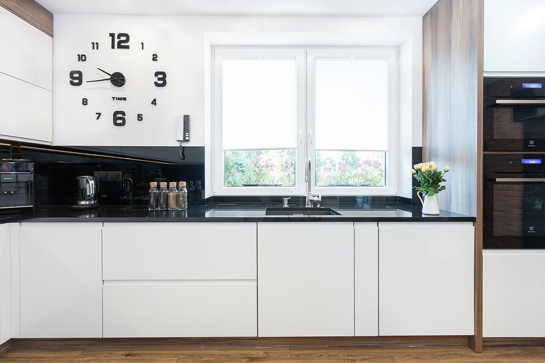 Biale Fronty Mebli Kuchennych Sprawiaja Ze Wnetrze Staje Sie Bardziej Przestronne Kuchnia Wyposazenie Urzadzanie Studiom Home Decor Kitchen Cabinets Home