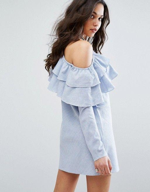 Vestido de corte recto asimétrico con volante doble de Missguided. Color  azul.