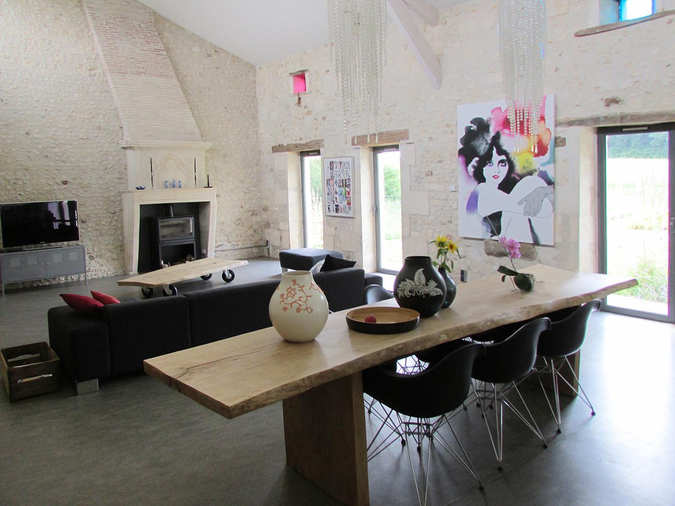 salon cath dral avec pierres apparentes table tronc de bois eames r novation ferme. Black Bedroom Furniture Sets. Home Design Ideas
