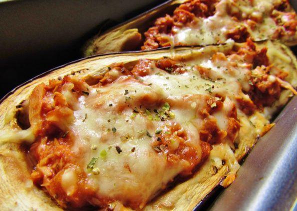 Auberginen-Schiffchen  Zutaten: 1 Mittelgroße Aubergine (ca. 300g) ½ Dose Thunfisch in eigenem Saft 50g Passierte Tomaten 20g Rama Cremefine 15% 15g Reibekäse light ½ Teel. Kürbiskernöl o.ä. Salz Pfeffer Kräuter Muskat, Paprika edelsüß   Zubereitung: Aubergine halbieren. Nun mit einem Löffel (am besten so was wie ein Eislöffel), die Auberginenhälften vorsichtig aushöhlen. Das ... [Read more...]