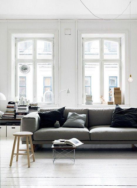 Weisser Laminat Graue Couch