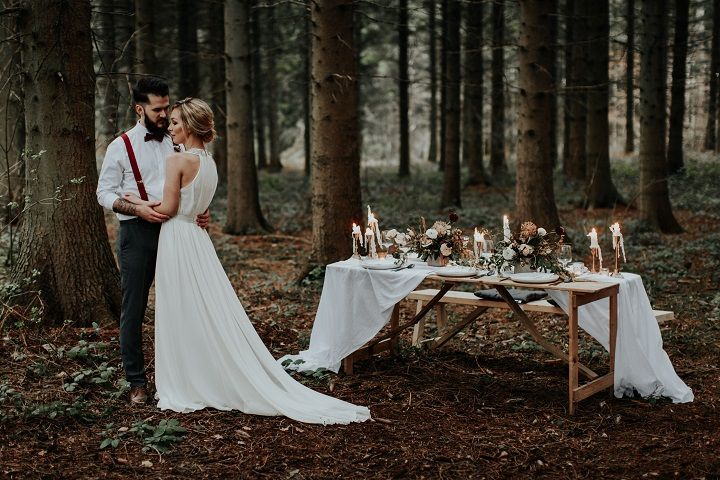 Beautiful woodland wedding table setting | fabmood.com #weddingtable #weddingtablescape #tablesetting #wedding #woodlandwedding #cranberrywedding #autumnwedding #woodland #cozywedding