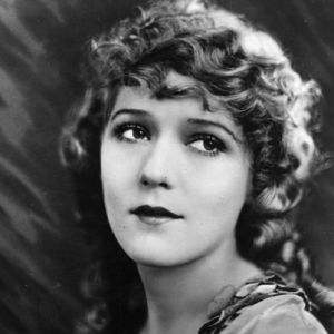 Mary Pickford es una de las grandes divas del cine mudo. Comenzó a actuar en teatros a los 7 años. Fue conocida como Baby Gladys Smith.                                                                                                                                                      Más