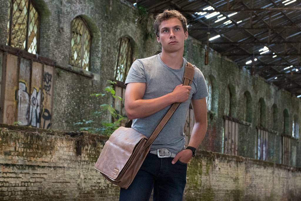 Urban Bozz mannentas: NOTHINGHAM Cognac. Indruk maken doe je met Nothingham! Deze stoere schoudertas laat een onvergetelijke impressie achter met zijn stoere design en ruige grijze geruwd leer.