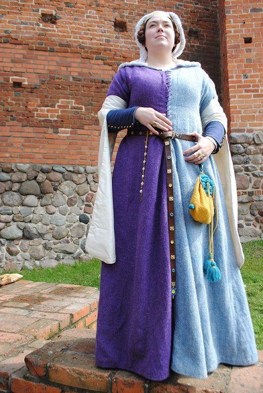 e8a6dfa7b7 Medieval outfit  a mi-parti (parti-coloured) cotehardie (over kirtle ...
