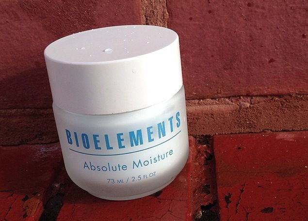 This lightweight facial moisturizer provides ultimate hydration while it smoothes scaly skin, balances the skin's water-to-oil levels, and minimizes fine lines and wrinkles.