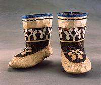 Inuit Kamiks en peau de phoque avec décoration en appliques.  Plisses au bord et au talon.