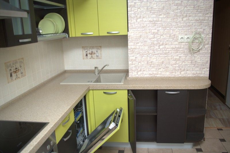 Дизайн кухни 8 кв м с вентиляционным коробом фото