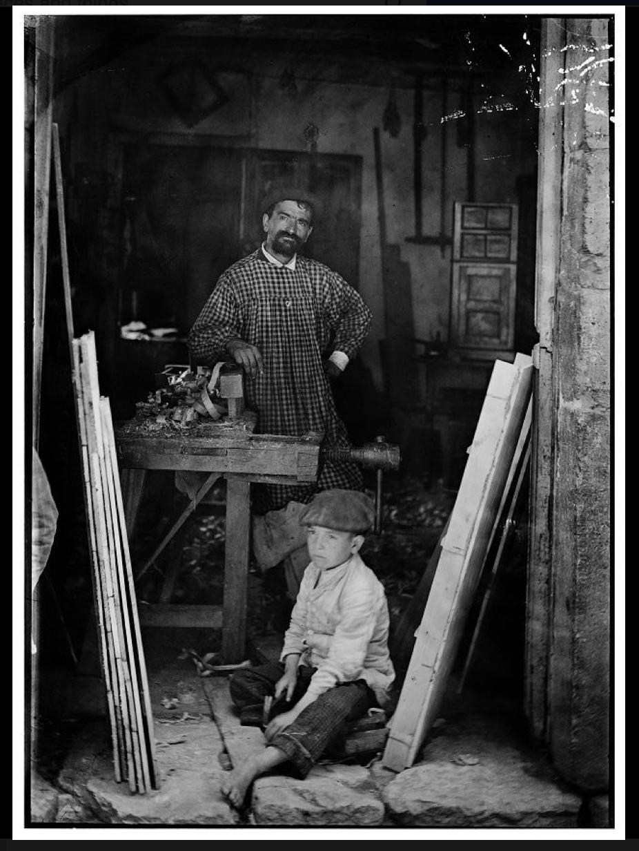Baltasar Cue Fernández (Llanes, 1856-1918). Carpintero con su hijo en el taller. Llanes, 1891-1894.
