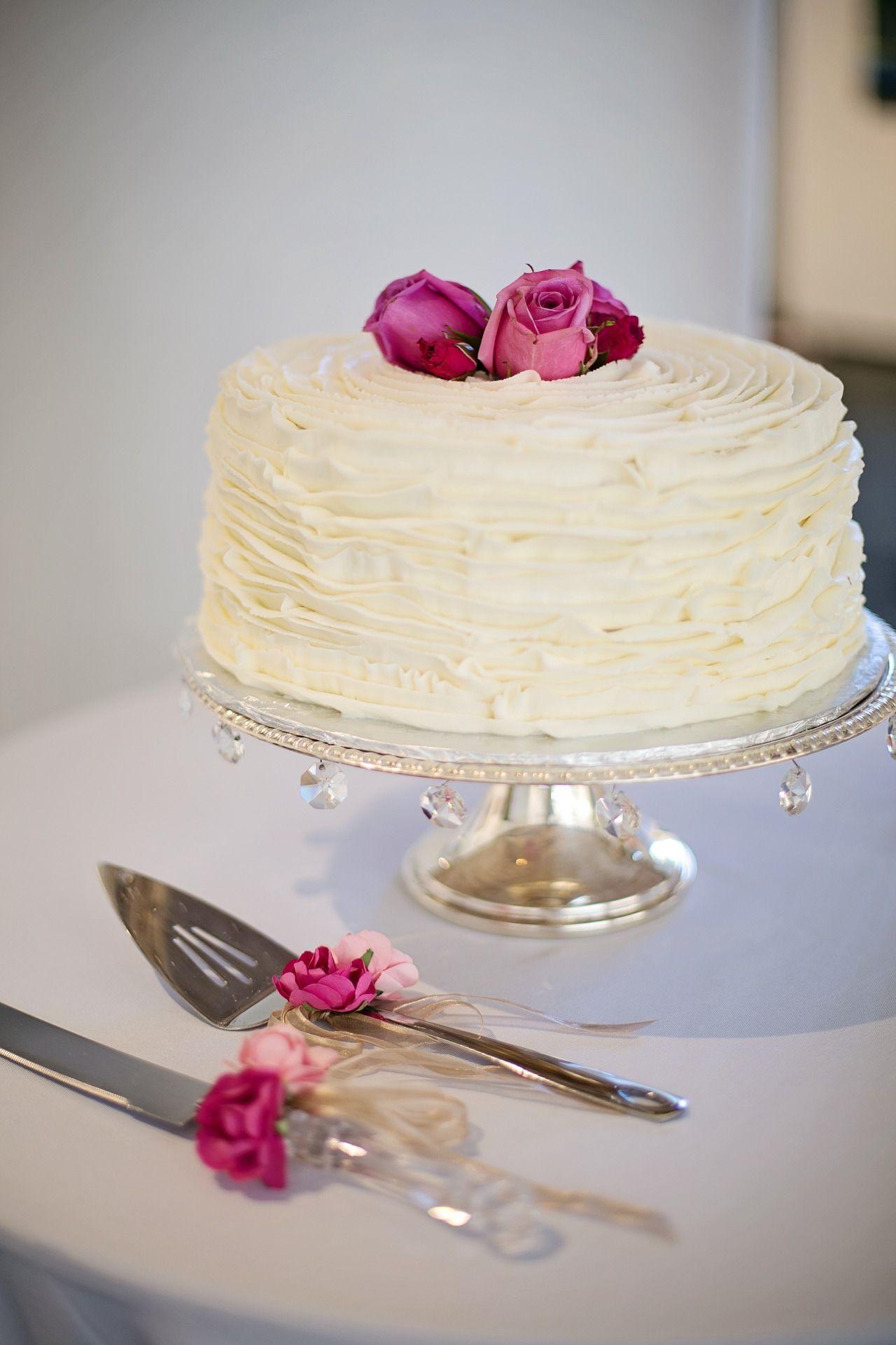 Simple white wedding cake!! #amour #weddings #events #weddingproposal #weddingplanner #santorini #london #weddingcake #white #pink #bride #groom #celebrate #weddingdestination